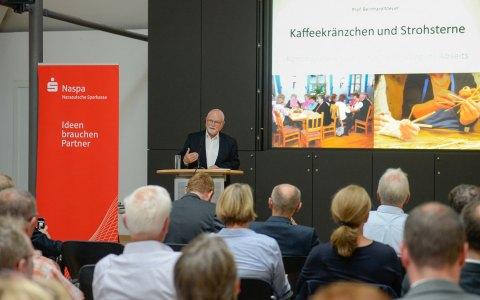 """Professor Bernhard Meyer spricht bei der Naspa in Wiesbaden über die """"jungen Alten"""". ©2018 Naspa"""