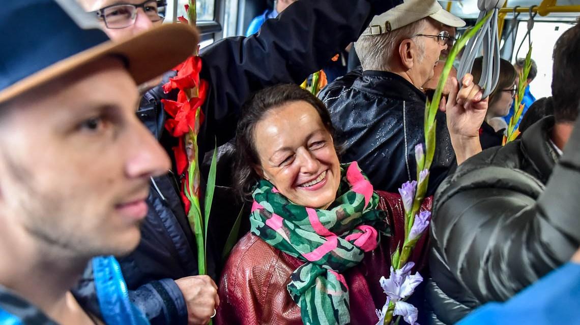 Ampel- und Gelenkbus-Flashmob auf der Schwalbacher Straße