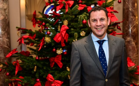 Wiesbadens Oberbürgermeister Sven Gericht wünsch Frohe Weihnachten. ©2017 Volker Watschounek