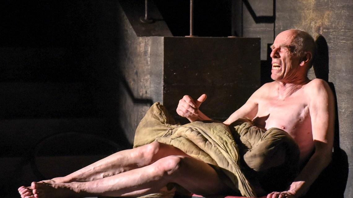 """Rainer Kühn in """"Der eingebildete Kranke"""" von Moliére ©2018 Monika Forster / Hessisches Staatstheater."""