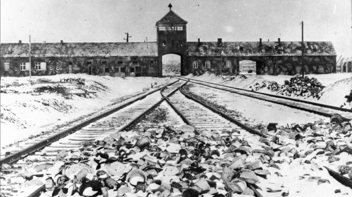 Torgebäude des KZ Auschwitz-Birkenau, Aufnahme kurz nach der Befreiung 1945. ©2019 Von Bundesarchiv, B 285 Bild-04413 / Stanislaw Mucha / CC-BY-SA 3.0,