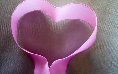 """Die rosa Schleife """"Pink Ribbon"""" steht heute weltweit als unverkennbares Symbol im Bewusstsein gegen Brustkrebs. ©2019 Flickr / Rosemarie Voegti"""