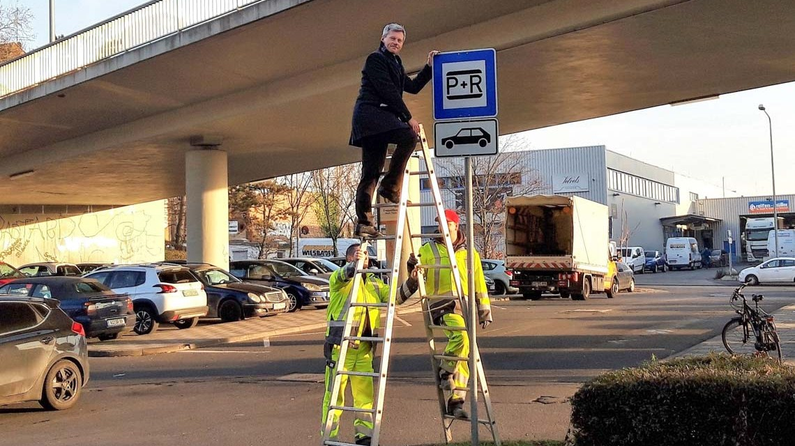 Andreas Kowol montiert das Schild vom neuen P+R Parkplatz an der Mainzer Straße. ©2019 Volker Watschounek