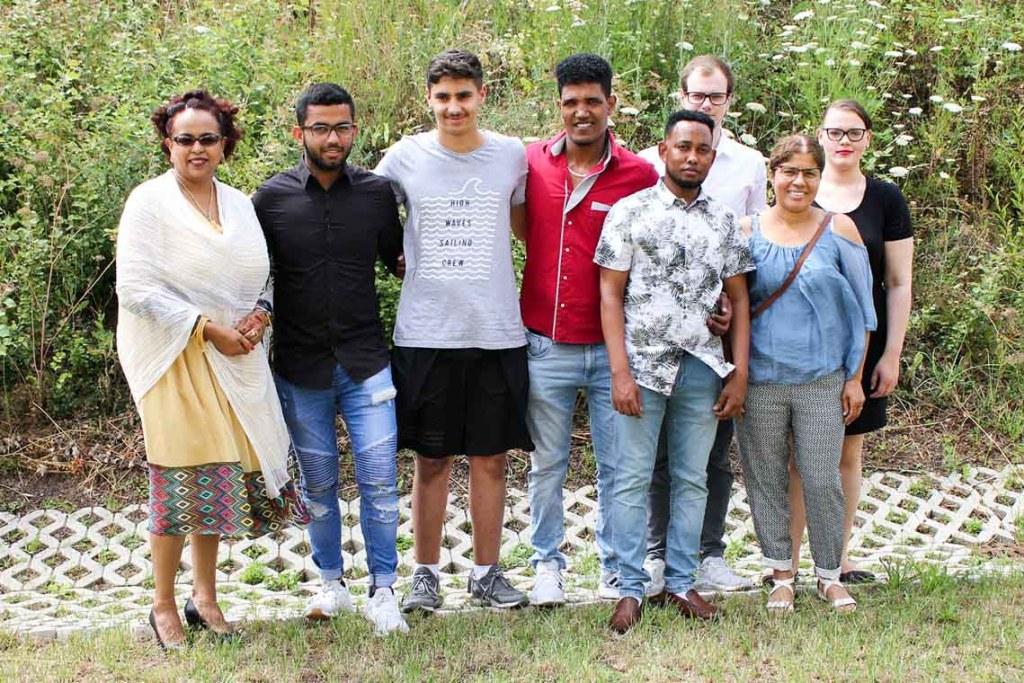 Die Anstrengung hat sich gelohnt. Insgesamt 11 Krankenpflegehelfer (KPH) und 13 Operationstechnische Assistenten (OTA) des Bildungszentrums an den Helios Dr. Horst Schmidt Kliniken Wiesbaden nahmen ihre Zeugnisse in Empfang.