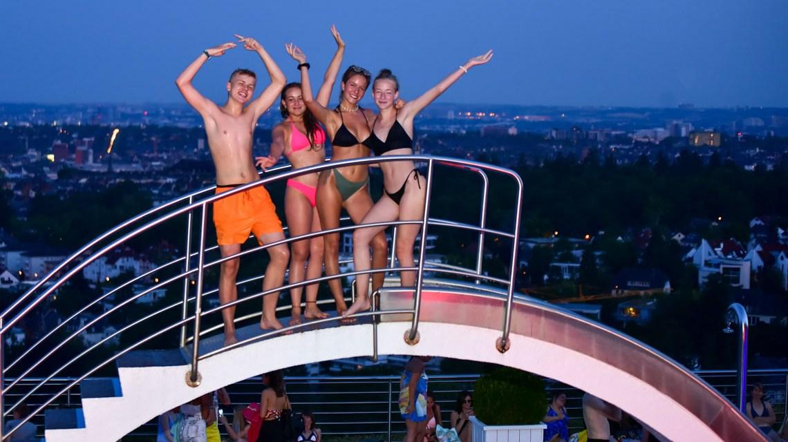 Gute Stimmung beim zweiten Nachtschwimmen