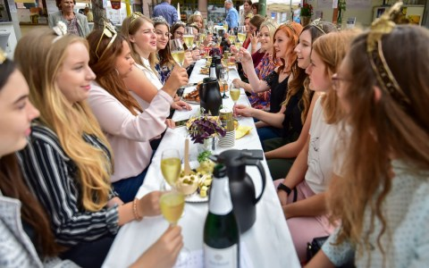 Rheingauer Weinmajestäten beim Sektfrühstück Foto: Volker Watschounek