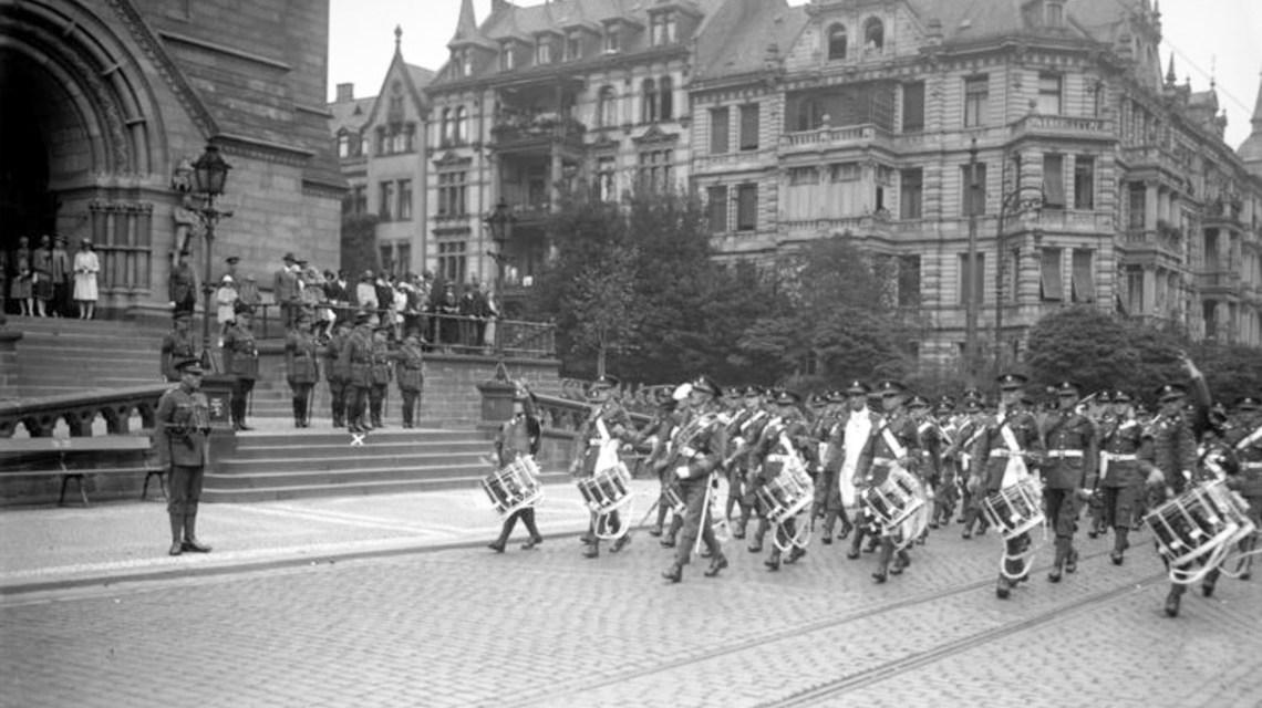 Wiesbaden 1929, Parade der englischen Truppen beim Abzug. ©2019 Bundesarchiv, Bild 102-08401, CC BY-SA 3.0 de