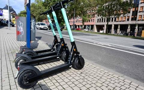 E-Tretroller von Tier in Wiesbaden. Mehrere hundert Stück gibt es im Stadtgebiet.