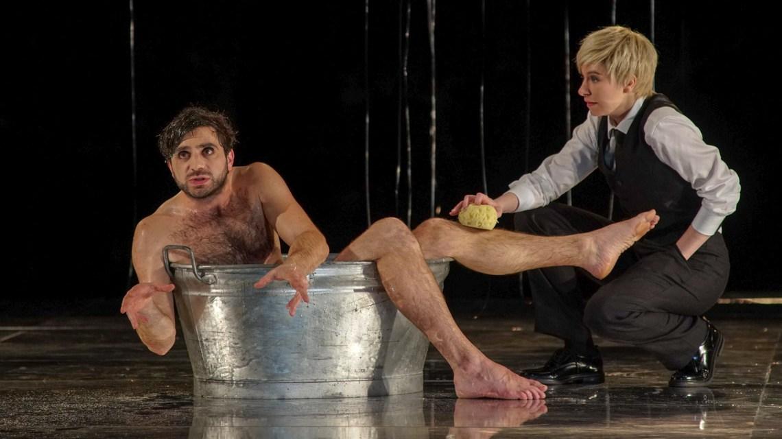 """Matze Vogel und Lina Habicht in Shakespeares """"Was ihr wollt"""" Foto Karl-Monika Forster"""