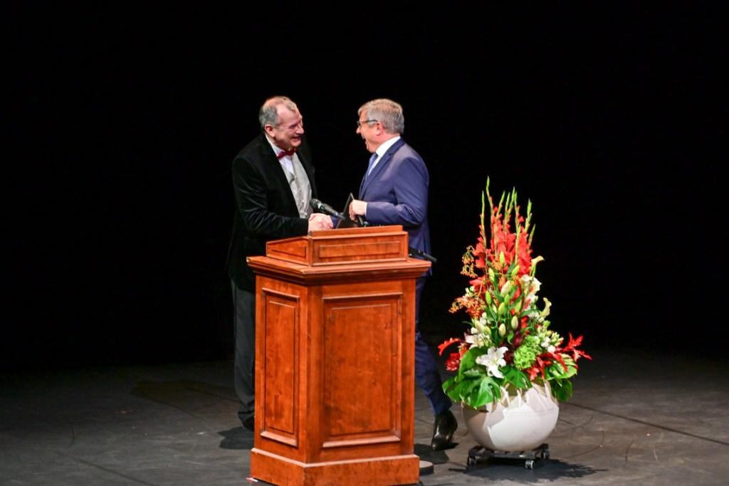 Oberbürgermeister Gert-Uwe Mende gratuliert Intendant Uwe-Eric Laufenberg.