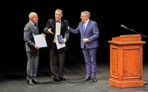 Oberbürgermeister Gert-Uwe Mende übergibt Eric-Uwe Laufenberg und Bern Füsse die Stadtplakette zum 125. Geburtstag.