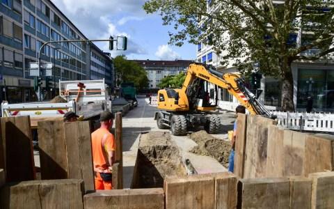 Blick in die Burgstraße auf Baugrube mit Bagger. ©2019 Volker Watschounek