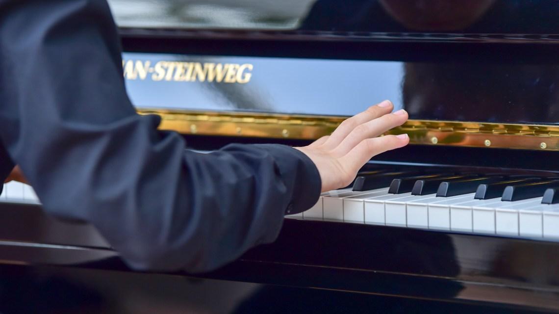 Klavier spielen an einem Steinweg Klavier.