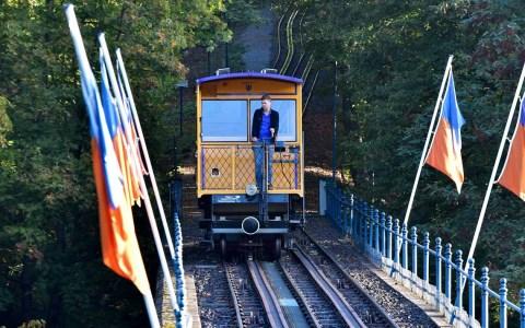 Nerobergbahn bei der Talfahrt mit Wagenführer. ©2019 Volker Watschounek