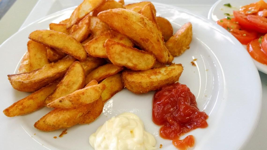 Kinder lieben es: Potato wedges mit Ketchup und Majo. von Luca Hammer, CC BY 2.0, Flickr