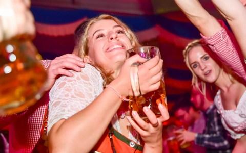 4. Wiesbadener Oktoberfest, Tag 6, zuerst steht Susal von den Isartaler Hexen allein auf der Bühne, dann heizen die Trenkwalder den Gästen noch einmal mächtig ein. auuf Wiedersehen 2020. ©2019 Volker Watschounek