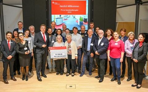 Naspa-Direktor Rudolf Woller (Siebter von links), Finanz-Center-Leiterin Manuela Schuld (rechts) und Finanz-Center-Leiter Jens Prange-Wegmann (links) bei der Übergabe der PS Los-Fördermittel im Wiesbadener Naspa-Stammhaus.