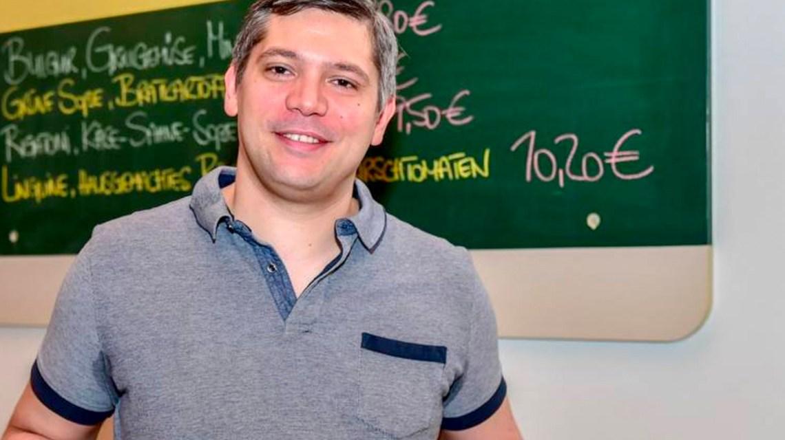 "Alexander Saraç serviert den Klassiker des ""Lokal"": Spinatknödel. (Foto: Volker Watschounek)"
