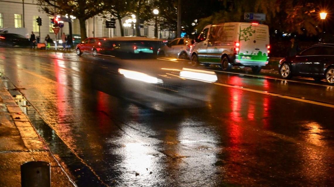 Schnelles Auto in der Dunkelheit. Im Hintergrund die IHK Wiesbaden.