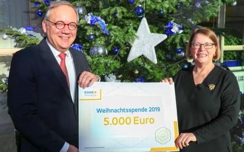 Weihnachtsspende erfüllt Träume , Ralf Schodlok überginbt einen Scheck in Höhe von 5000 Euro an silnberstreifen.