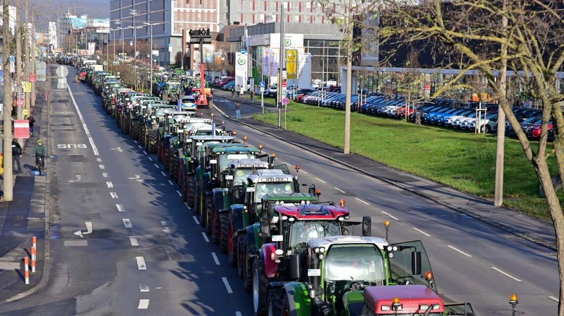 Weit über 1000 Bauern legen mit Ihren Traktoren die Mainzer Straße lahm. ©2019 Volker Watschounek