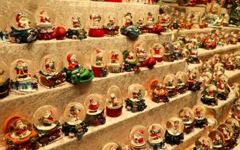 Schneekugeln auf dem Sternschnuppenmarkt verbunden: Nächstenliebe