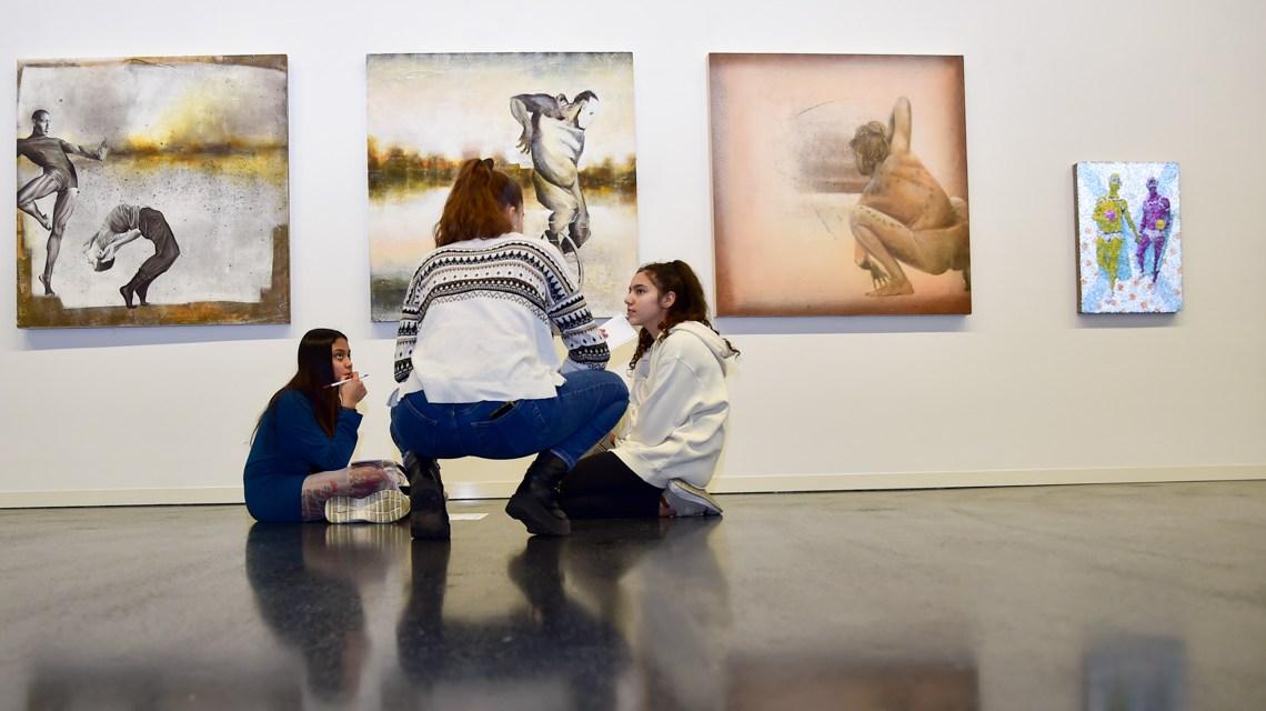 Jugendliche kuratietren eine Ausstellung.