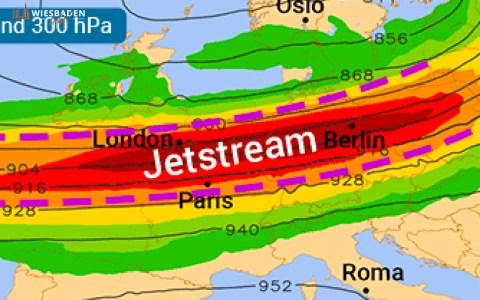 Der Jetstream liegt Sonntag genau über uns. Je roter die Farben, desto stärker ist das Starkwindband. Quelle: WetterOnline (bei Verwendung bitte angeben)