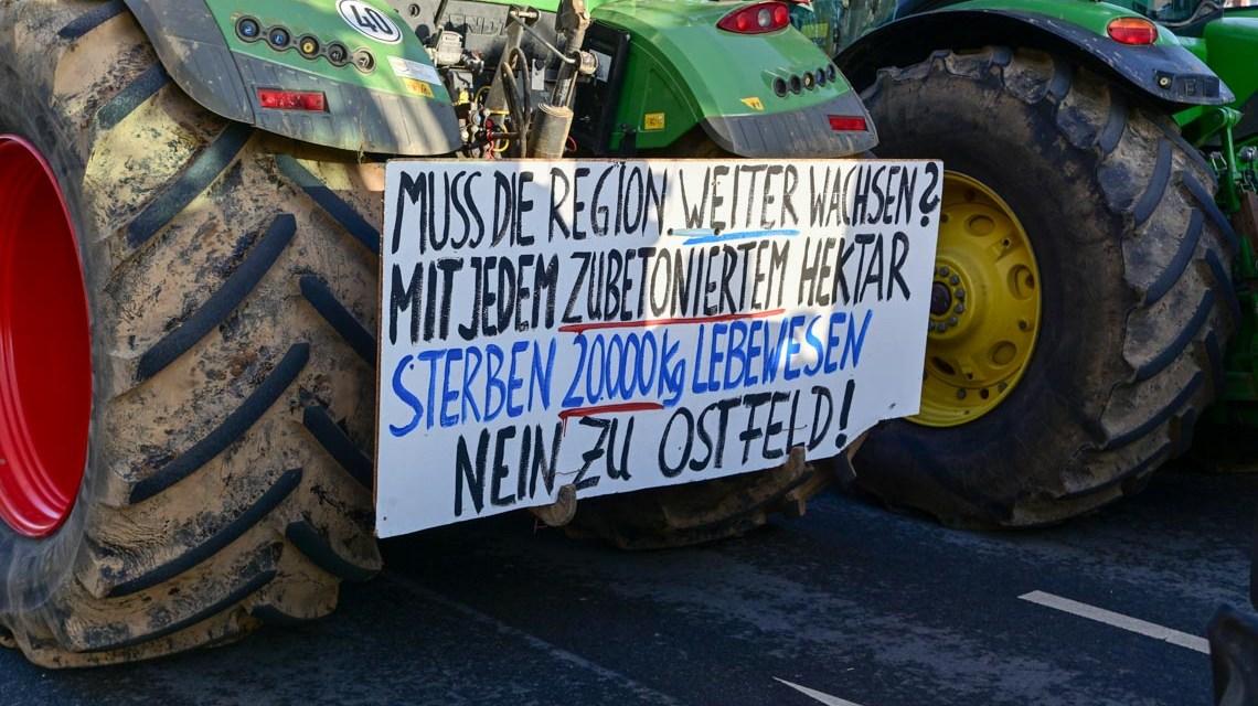 Weit über 1000 Bauern legen mit Ihren Traktoren die Mainzer Straße lahm. ©2019 Volker WatschounekWeit über 1000 Bauern legen mit Ihren Traktoren die Mainzer Straße lahm. ©2019 Volker Watschounek