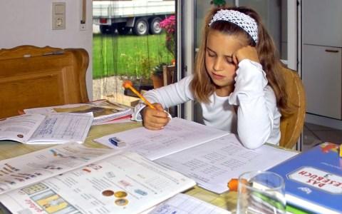 Kinderbetreuung: Hausaufgaben ©2020 Helmut H. Kroiss auf Pixabay