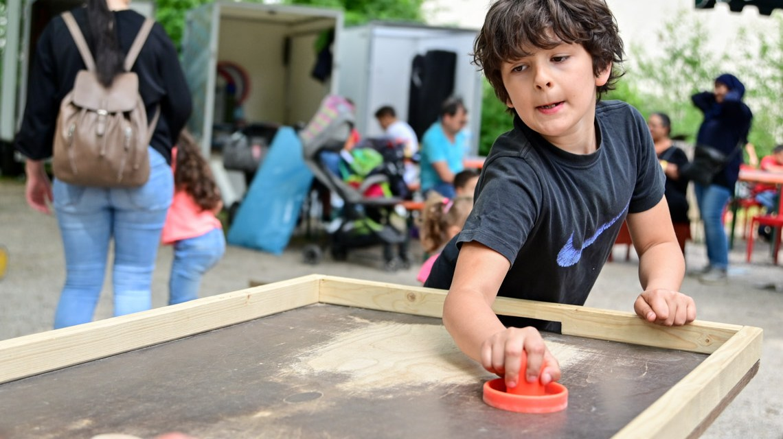 Schöne Ferien vor Ort: Die Kinder toben, spielen, backen Stockbrot und haben Spaß.