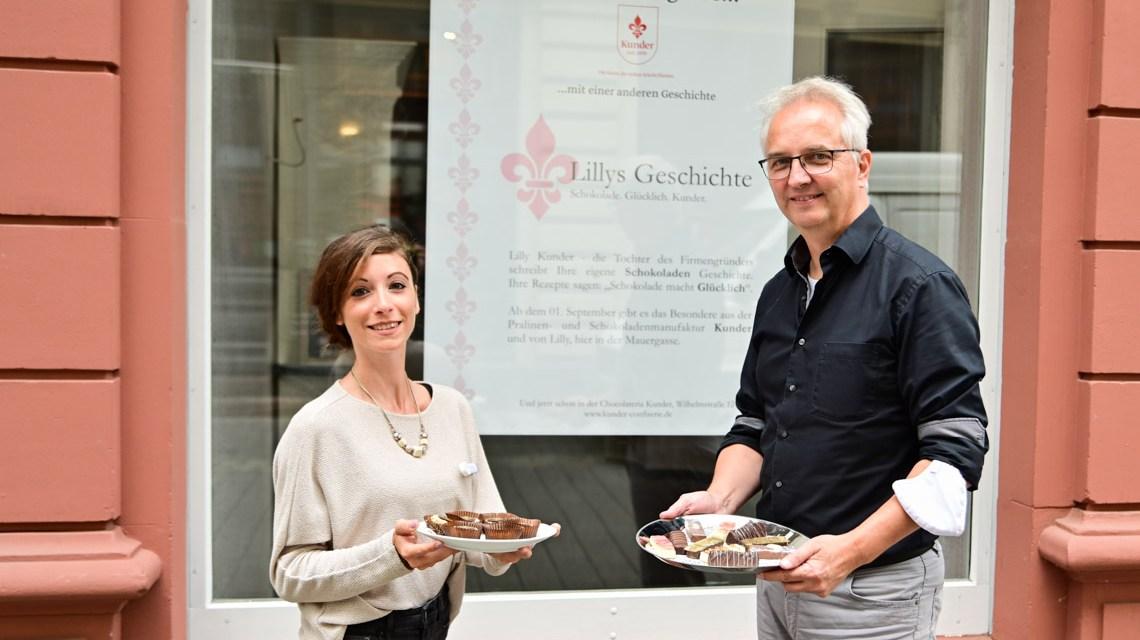 Jürgen Brand und Valeria Isoardi, in der Hand hält Herre Brand ein altes Bild mit der kleinen Lilli