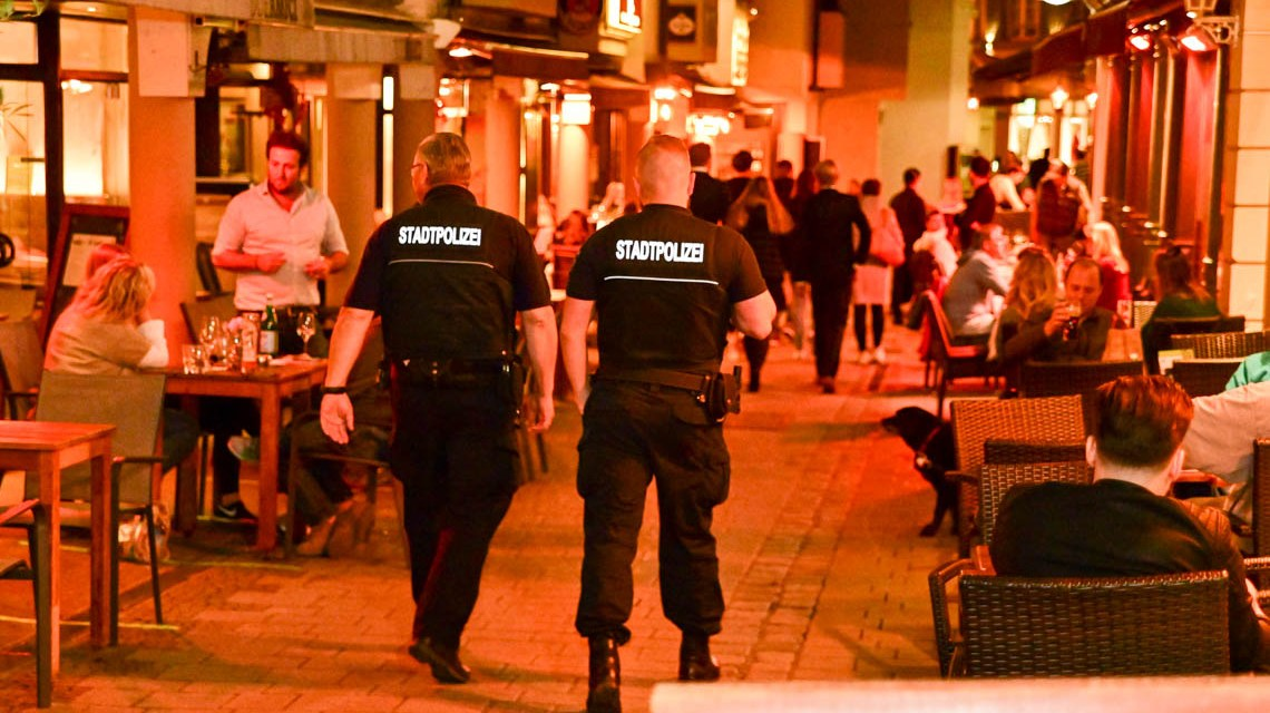 Polizei im Schiffchen in Wiesbaden