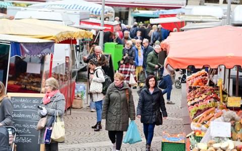 Wiesbadener Wochenmarkt auf dem Dernschen Gelände