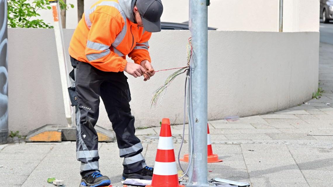 Zukünftige digitale Verkehrssteuerung. Arbeiten an Ampelanlage. Kaiser-Friedrich-Ring, Herzosplatz