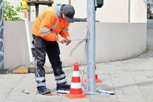 Zukünftige digitale Verkehrssteuerung. Arbeiten an Ampelanlage.