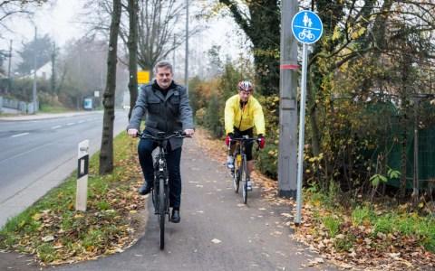 """Radfahren auf der Saarstraße nun komfortabler und sicherer Der radfreundliche Umbau der Saarstraße ist abgeschlossen: Zwischen Schierstein und der Erich-Ollenhauer-Straße wurden beidseitig auf einer Strecke von rund 2,3 Kilometer Radverkehrsanlagen eingerichtet. """"In den vergangenen zwei Jahren haben wir in Wiesbaden im Rekordtempo viele wichtige Straßen für den Radverkehr fitgemacht. Mit der neuen Verbindung auf der Saarstraße kommen wir der Fertigstellung des Rad-Grundnetzes 2020 ein großes Stück näher"""", verkündet Andreas Kowol, Dezernent für Umwelt, Grünflächen und Verkehr. Auch Schiersteins Ortsvorsteher Urban Egert begrüßt die bessere Verbindung: """"Radlerinnen und Radler aus Schierstein, aber auch aus dem Rheingau, können jetzt ohne größere Umwege bequem in die Innenstadt fahren. Für Pendlerinnen und Pendler ist diese Strecke, insbesondere auch mit dem E-Bike, sicher eine interessante Option."""" """"Auch die Biebricherinnen und Biebricher im nördlichen Teil unseres Ortsbezirks, also in den Siedlungen Sauerland, Gräselberg und um die Waldstraße, profitieren von den neuen Radwegen auf der Saarstraße, da sie nun mit dem Rad sicherer nach Schierstein und an den Rhein kommen"""", ergänzt Markus Michel, stellvertretender Ortsvorsteher von Biebrich. Die Arbeiten begannen im November 2019 und wurden bis auf kleinere Restarbeiten kürzlich beendet. Im Bereich von der Stielstraße bis zur Alten Schmelze - mit der Unterführung unter der Bahnlinie - wurde der vorhandene Gehweg grundhaft saniert und zur kombinierten Nutzung für Fußgänger und Radfahrer freigegeben. Im Bereich außerorts zwischen der Überquerung der Autobahn und der Einmündung der Wörther-See-Straße wurde der vorhandene sehr schmale und unebene Geh- und Radweg beidseitig ertüchtigt und, sofern es die Örtlichkeiten zugelassen haben, auf ein komfortables Maß verbreitert. Im Bereich der Auf- und Abfahrten von den kombinierten Geh- und Radwegen auf die Schutzstreifen entlang der Fahrbahn wurden Absenkungen in der Bordsteinein"""