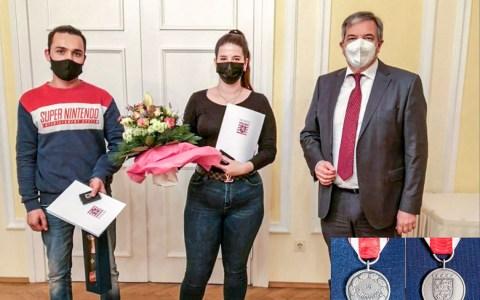 Die Hessischen Medaille für Zivilcourage für Nessaja Balaz und Ali Ahmadzai