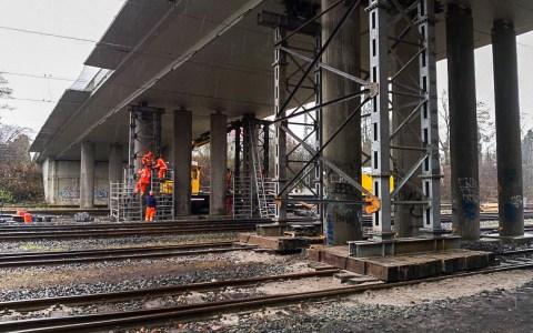 Abriss : Hessen Mobil und Bahn stellen Notgerüst - Bahnverkehr zum Wochenstart wieder frei