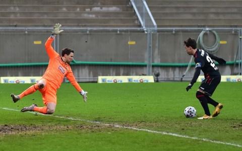 Dominik Prokop frei vor dem Tor der Münchener, SV Wehen Wiesbaden