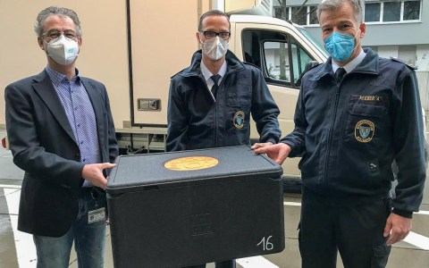 Martin Hofmann, leitender Apotheker des Impfzentrums, sowie Marc Dieroff und Andreas Kleber von der Leitung des Impfzentrums nehmen den neuen Impfstoff in Empfang.