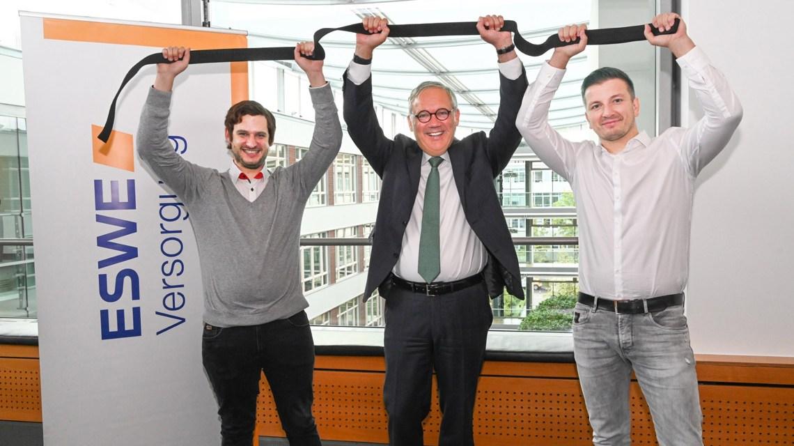 Eines der vielen gelungenen Projekte (v. l.): Philip Gräter (fairplaid), Ralf Schodlok (Vorstandsvorsitzender ESWE Versorgungs AG) und Marcel Stebani (Judo Club Wiesbaden) freuen sich über 7.130 Euro zur Finanzierung des Bundesligafinales beim JCW