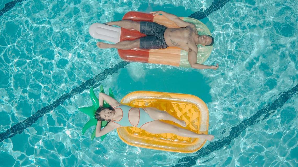 Badespaß mit Luftmatratze im Pool treiben lassen.
