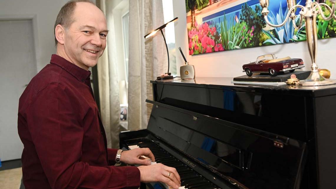 Dr. Gerhard Obermayr privat am Klavier.