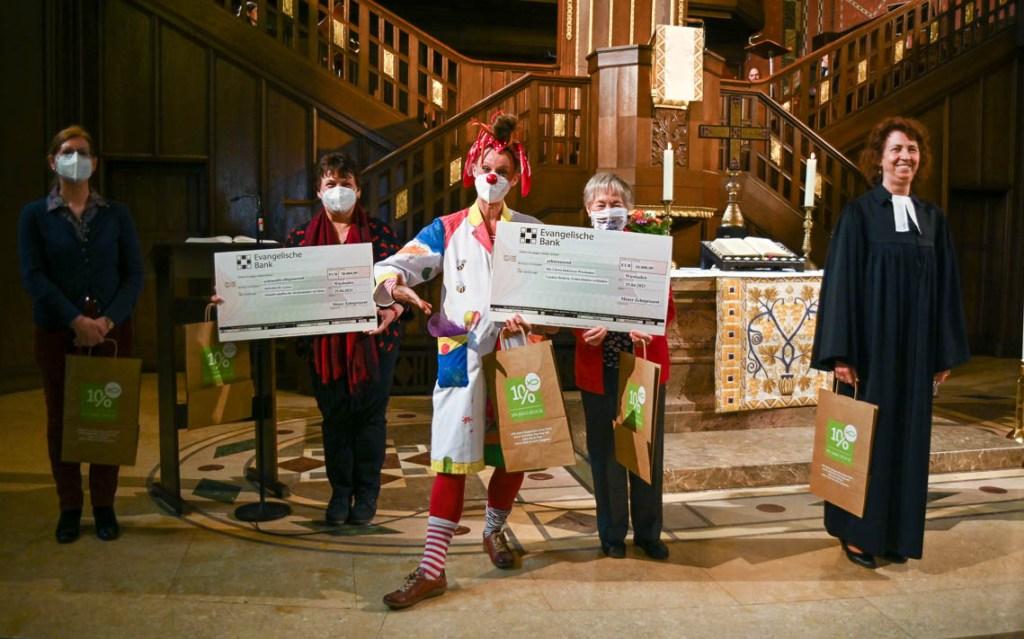 10 Prozent Danke Gottesdienst Lutherkirche, auch die Clowndoktoren haben einen Scheck erhalten Foto: Volker Watschounek