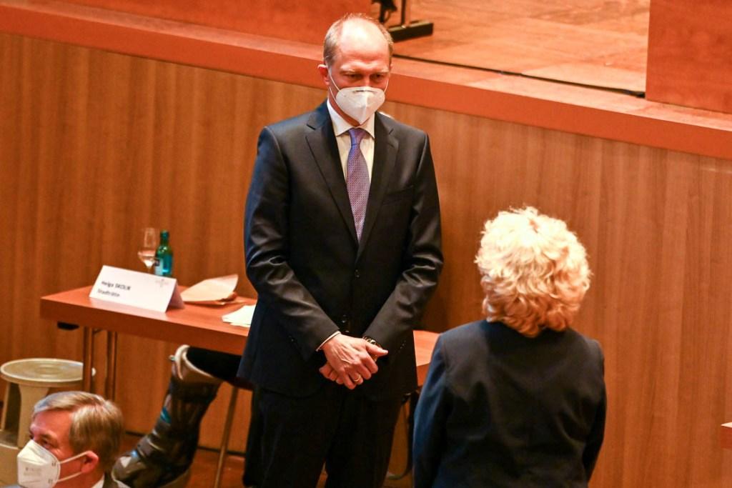 Christa Gabriel gratuliert Dr. Gerhrd Obermayr