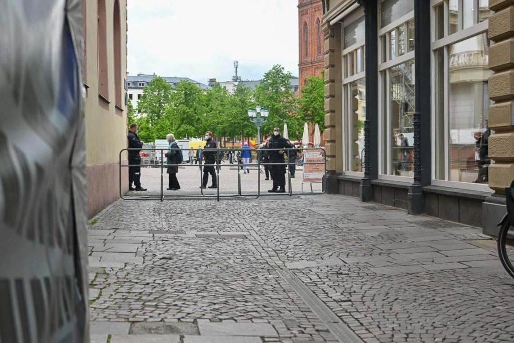 Die Polizei n sichert die Bannmeile um den Hessischen Landtag ab.