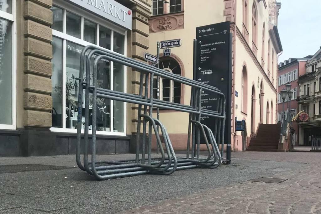 Absperrgitter Ecke Marktstraße/Schlossplatz in Wiesbaden.