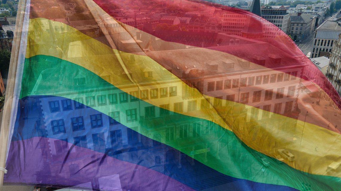 Regenbogenfahne: Wiesbaden steht ein für Vielfalt und gegen Diskriminierung