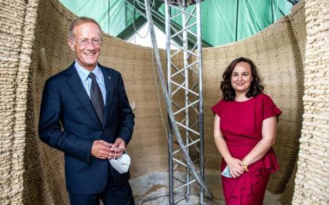 """Staatsminister Axel Wintermeyer eröffnet auf dem Kranzplatz in Wiesbaden die Ausstellung """"tinyBE – living in a sculpture"""" –"""